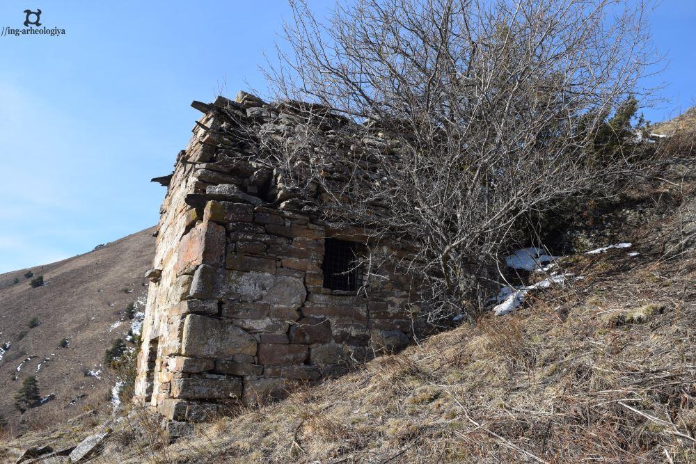 http://gazetaingush.ru/sites/default/files/news/20190314-ingushskie-arheologi-nashli-v-gorah-redkiy-dvuskatnyy-sklep/2223.jpg