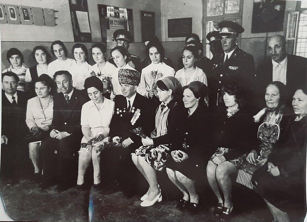 Первый слева И. Абадиев. В центре в первом ряду Абдула Цароев