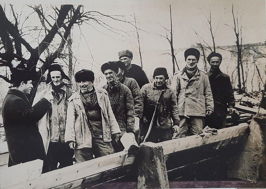 Слева И. Абадиев с рабочими Назрановского участка  АМООС, 1967 г.