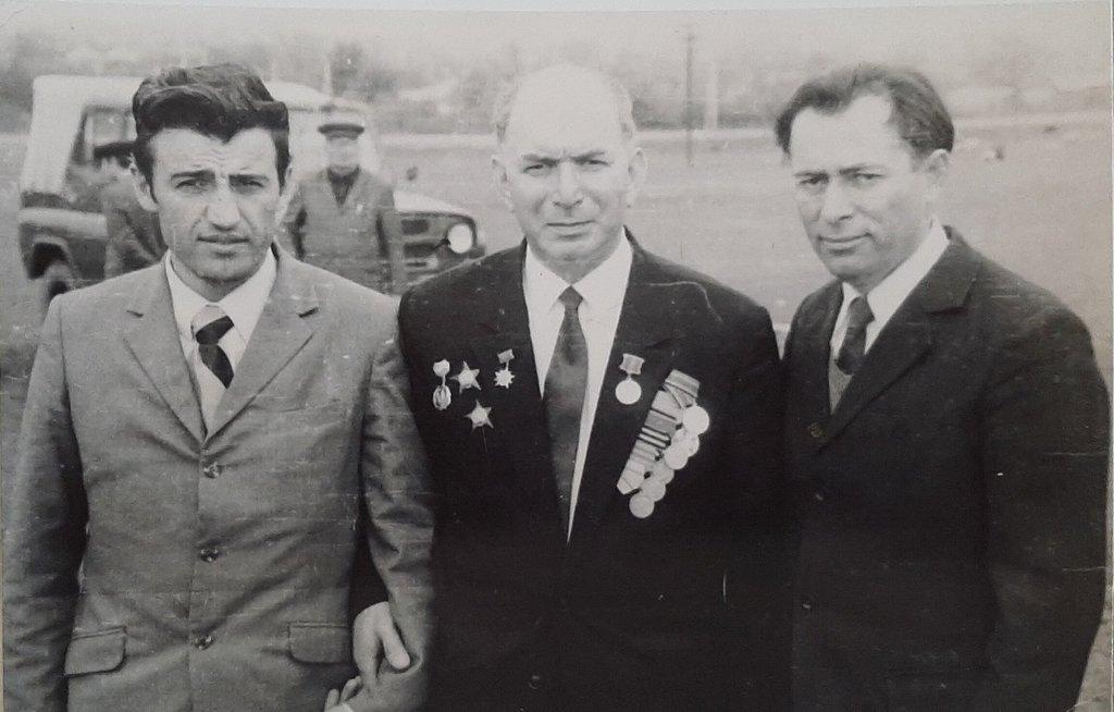 Справа И. Абадиев, в центра Цароев Абдула